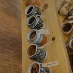 Gli albarelli con le spezie e i medicamenti / Albarelli with spices and medicines.