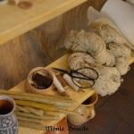 Altri prodotti in vendita nella spezieria: filati, boccaletti, pergamena e carta. / Other products for sale: yarn, mugs, parchment, paper.